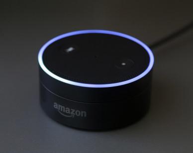 Esta fotografía del miércoles 2 de marzo de 2016 muestra a un Echo Dot en San Francisco. Amazon.com introduce dos nuevos dispositivos diseñados para aumentar la participación de Alexa, su asistente controlada por voz, en el hogar y vida de las personas. (Foto AP/Jeff Chiu)